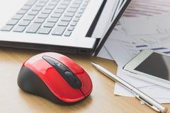 Laptop und Datenpapier auf Schreibtisch lizenzfreie stockfotografie