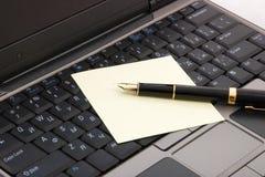 Laptop und Feder Stockfotografie