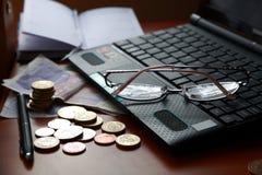 Laptop und Geld. Stockfotos