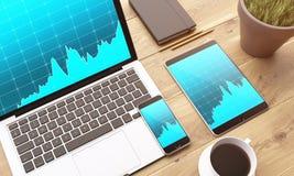 Laptop und Geräte auf Tabelle Stockfotos