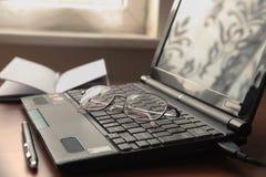 Laptop und Gläser. stockbilder