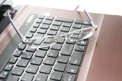 Laptop und Gläser Stockbilder