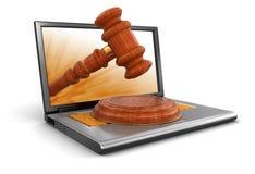 Laptop und hölzerner Holzhammer (Beschneidungspfad eingeschlossen) Lizenzfreie Abbildung