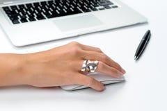 Laptop und Hand Stockfotos