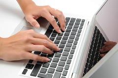 Laptop und Hand Stockfotografie
