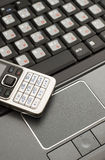 Laptop und Handy lizenzfreie stockbilder