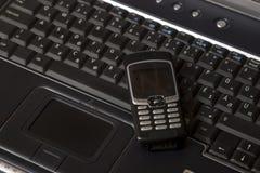 Laptop und intelligentes Telefon des Schwarzen stockbilder