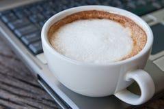 Laptop und Kaffeetasse lizenzfreie stockfotos