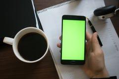Laptop und Kopfhörer Smartphone mit grünem Schirm für Schlüssel-chrom stockfotografie