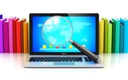 Laptop und Lupe vor Reihe von Farbbüchern Lizenzfreies Stockfoto