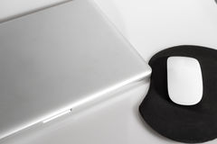 Laptop und Maus Stockfotos