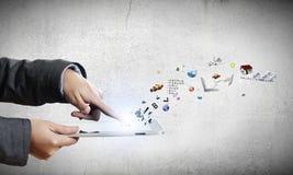 Laptop und Mediaspeicher, der online kauft Stockfotos