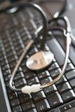 Laptop und medizinisches Hilfsmittel Stockbild