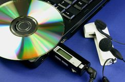Laptop und MP3 Lizenzfreie Stockbilder