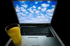 Laptop und Orangensaft Stockfoto