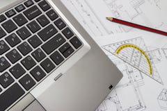 Laptop und Pläne Lizenzfreie Stockfotografie