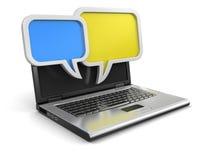 Laptop und Rede sprudelt (der Beschneidungspfad eingeschlossen) Lizenzfreies Stockfoto