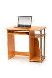 Laptop und Schreibtisch getrennt stockfoto