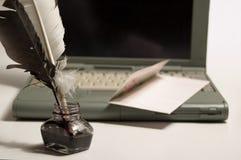 Laptop und schriftliche Ausrüstung Stockbilder
