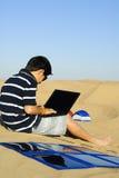 Laptop und Solaraufladeeinheit Stockfotos