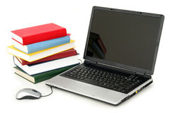 Laptop und Stapel Bücher Stockfoto