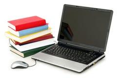 Laptop und Stapel Bücher Stockfoto