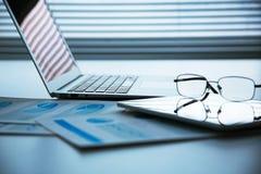 Laptop und Tablette auf Tabelle Stockfoto
