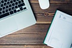 Laptop und Tagebuch auf dem Schreibtisch Lizenzfreie Stockfotografie