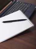 Laptop und Tagesordnung Lizenzfreie Stockfotos