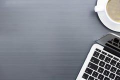 Laptop und Tasse Kaffee Stockfotos