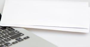 Laptop und Weißbuch Stockfotografie
