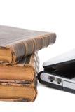 Laptop und zugelassene Bücher Lizenzfreies Stockfoto