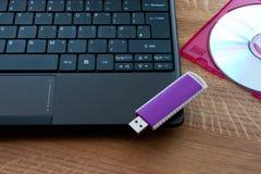 Laptop, USB-Laufwerk und CD Lizenzfreie Stockbilder