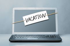 Laptop with vacation note Royalty Free Stock Photography