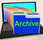 Laptop van archiefomslagen toont Documentengegevens en Steun Royalty-vrije Stock Foto's