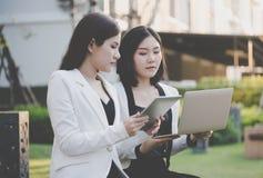 Laptop van de bedrijfsvrouwenholding voor online op de markt brengend conc team stock afbeelding