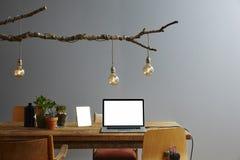 Laptop van de Hipsterdesktop en stedelijke decoratie Stock Foto