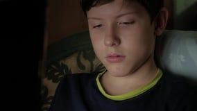 Laptop van de jongenstiener de nacht deelt het sociale media concept van Internet mee Jonge Tiener voor een laptop computer en op stock footage
