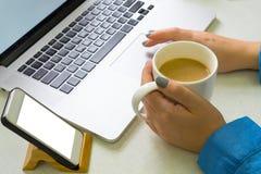 Laptop van de meisjeskoffie royalty-vrije stock fotografie