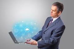 Laptop van de mensenholding met wolk gebaseerd systeemconcept stock foto