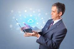 Laptop van de mensenholding met wolk gebaseerde systeemberichten stock afbeelding
