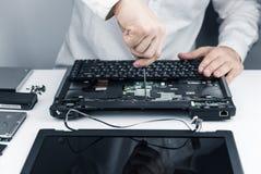 Laptop van de reparatie stock foto's
