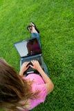 Laptop van de vrouw gras Stock Foto's