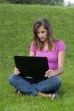 Laptop van de vrouw gras Stock Afbeelding