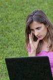 Laptop van de vrouw gras Stock Foto