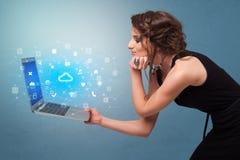 Laptop van de vrouwenholding met wolk gebaseerde systeemberichten stock afbeeldingen