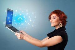 Laptop van de vrouwenholding met wolk gebaseerde systeemberichten stock illustratie