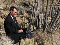Laptop van de woestijn gebruiker Stock Foto