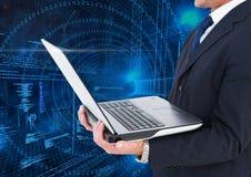 Laptop van de zakenmanholding met binaire codes op achtergrond Royalty-vrije Stock Afbeeldingen