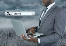 Laptop van de zakenmanholding met Onderzoeksbar met stadsachtergrond Stock Afbeelding